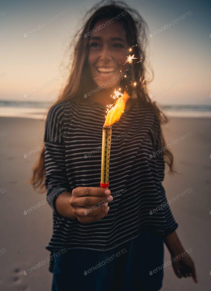 Junge Frau mit Feuerwerk