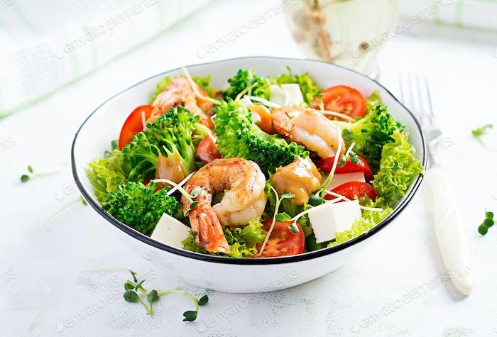 Köstlicher frischer Salat mit Garnelen/Garnelen, Brokkoli, Feta-Käse, Tomaten, Salat