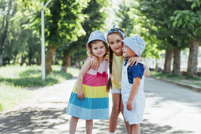 Schöne niedliche Kinder spielen im Park einen schönen Sommer