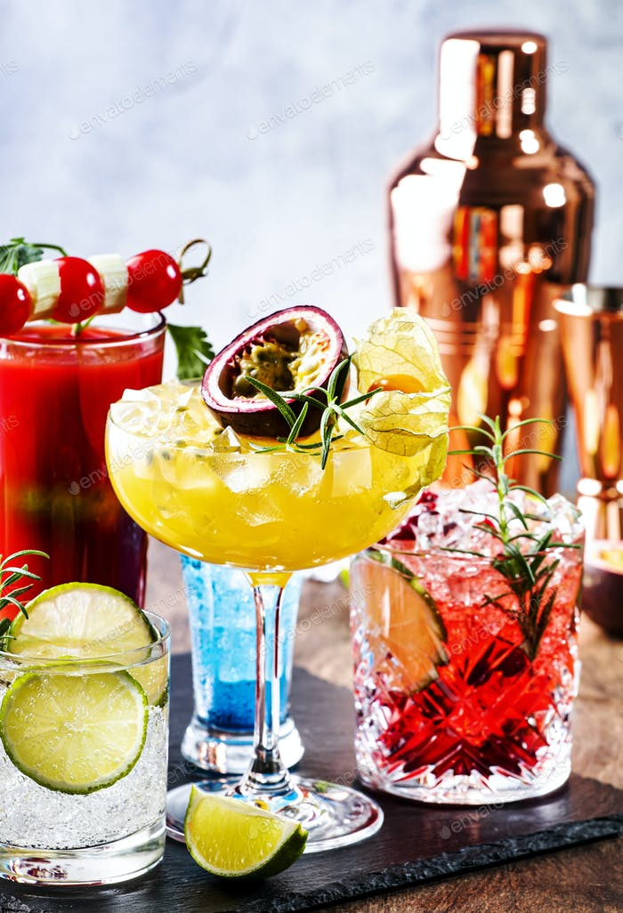Set von Sommer alkoholischen Cocktails, beliebte helle erfrischende Alkoholgetränke und Getränke4