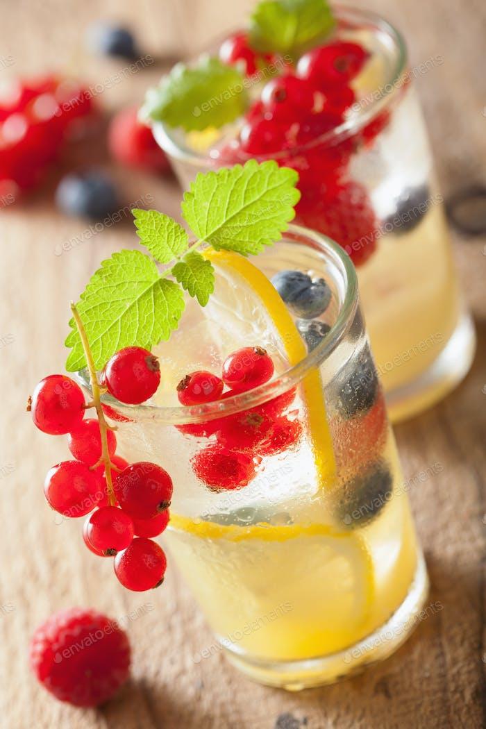 Sommer Limonade mit Beere und Zitrone