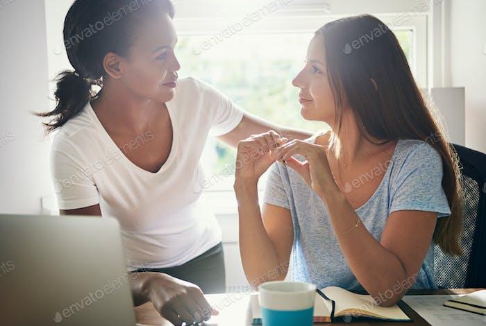 Две женщины-коллеги в начинающей предпринимательской деятельности