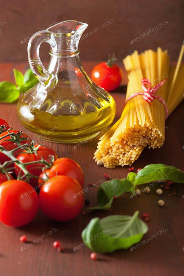 rohe Pasta Olivenöl Tomaten. italienische Küche in rustikaler Küche