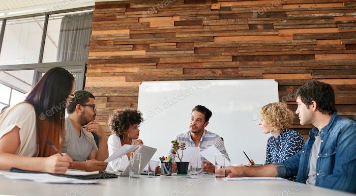 Kreatives Team diskutiert neue Strategie ihres Unternehmens