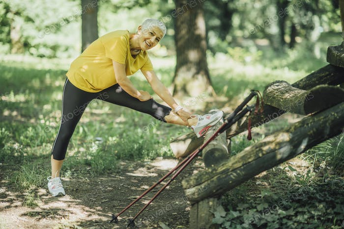 Stretching Beine nach Nordic Walking Übung