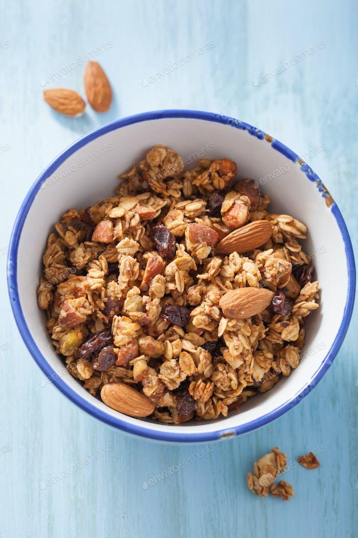 hausgemachte gesunde Müsli in Schüssel zum Frühstück