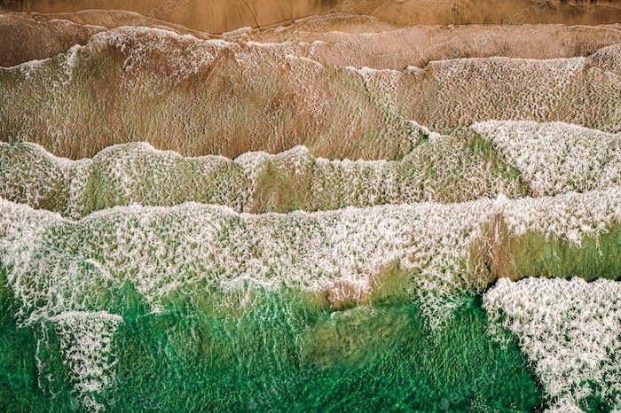 Abstrakte Welle Meer Strand auf der Oberseite Blick.