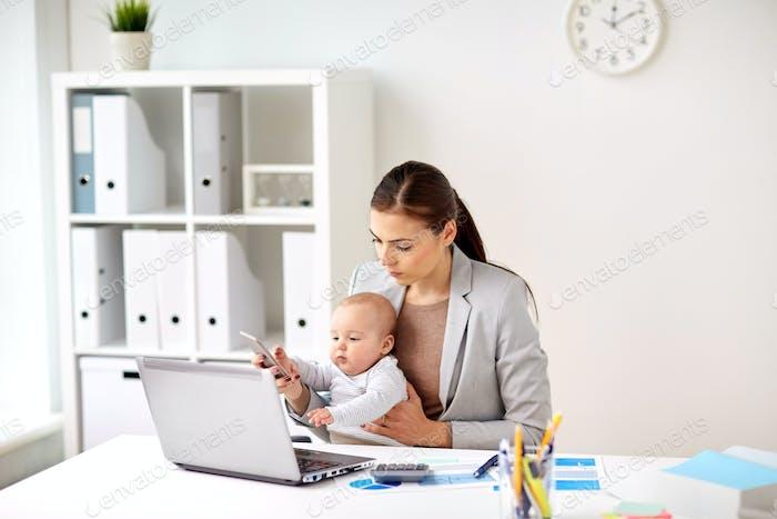 Geschäftsfrau mit Baby und Smartphone im Büro