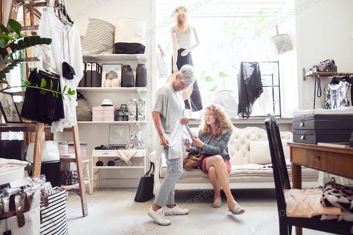 Mujeres comprando juntas