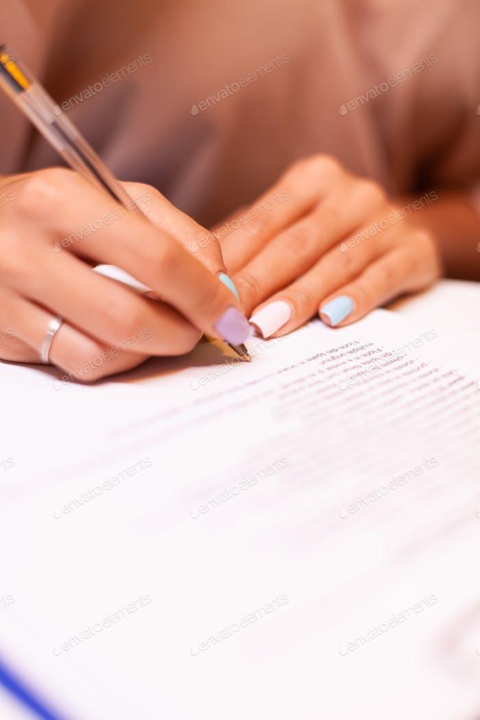 Nahaufnahme der Frau schreiben