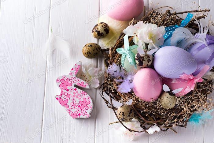 Buntes Osterei im Nest