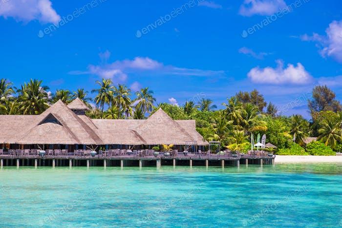 Sommer leeres Outdoor-Café am Ufer auf exotischer Insel im Indischen Ozean