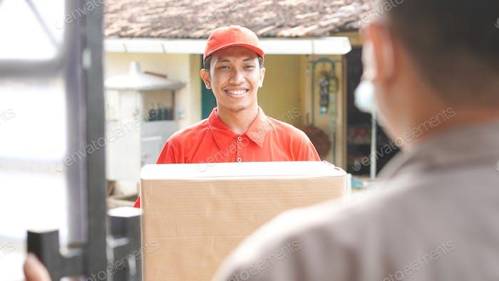 Liefermann liefert die Box an den Kunden und ok Geste