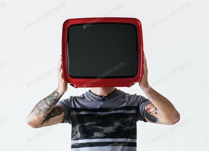 Person mit Tätowierung im Fernsehen
