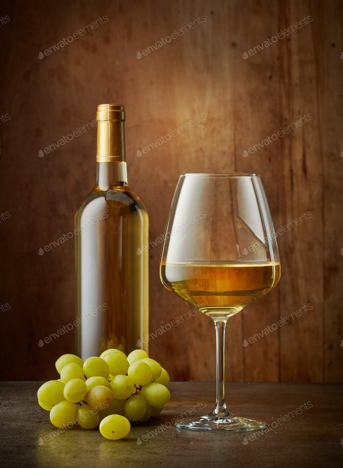 Glas und Flasche Weißwein