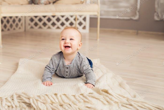 Schöne ausdrucksstarke entzückende glücklich süße lachende lächelnde baby-Kleinkind-Gesicht