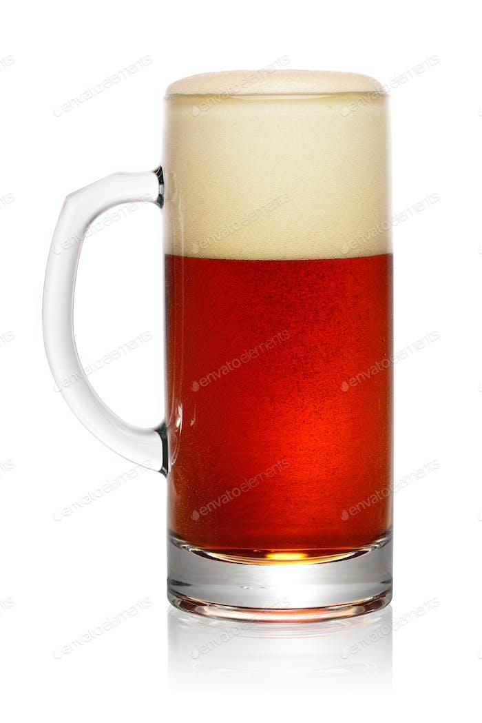 Glas dunkles Bier auf weiß