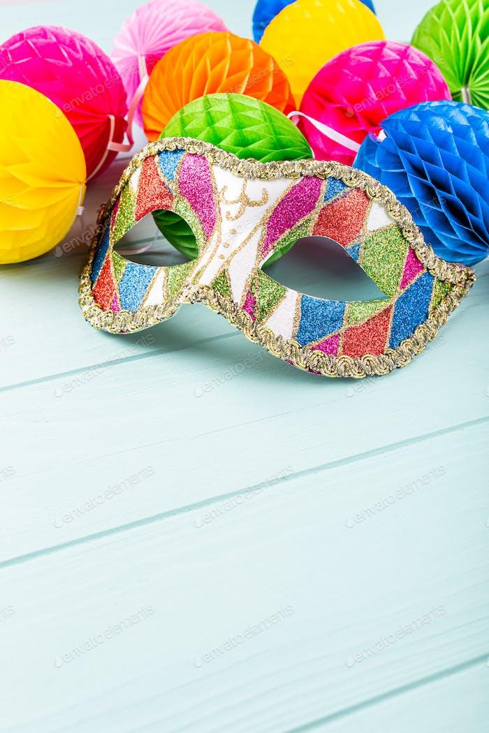 Festlicher Hintergrund mit Karnevalsmaske