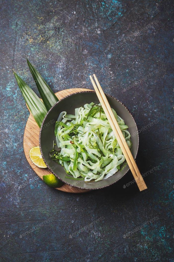 Shirataki-Nudeln und Chuka-Algenschale. Low Carbs glutenfreie Nudeln. Niedrige Kalorien