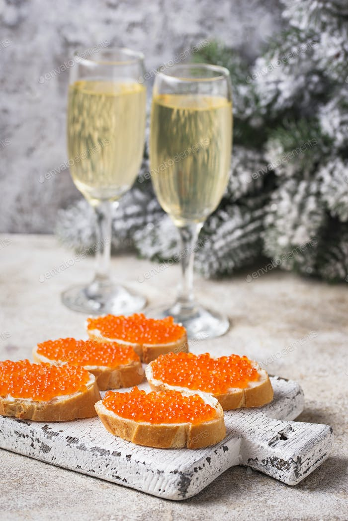 Toast mit rotem Lachs Kaviar und Champagner