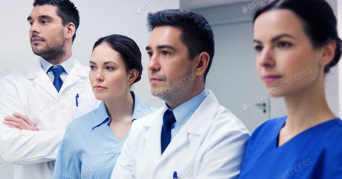 Gruppe von Ärzten oder Ärzten im Krankenhaus