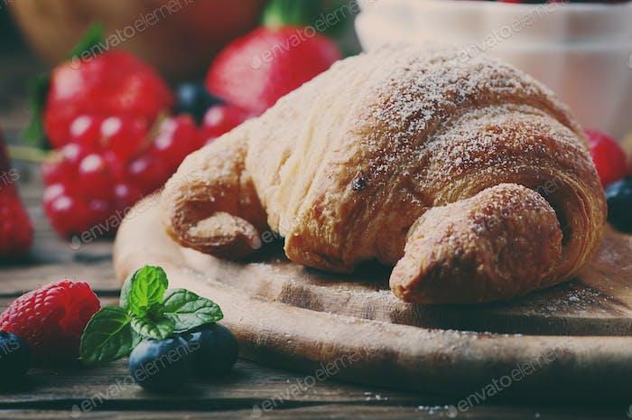 Frisches Croissant mit Beerenmischung