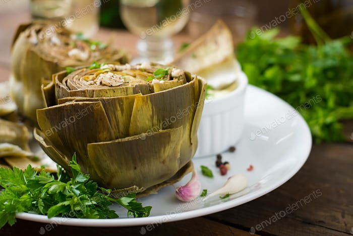 Gebackene Artischocken gekocht mit Knoblauchsauce, Senf und Petersilie