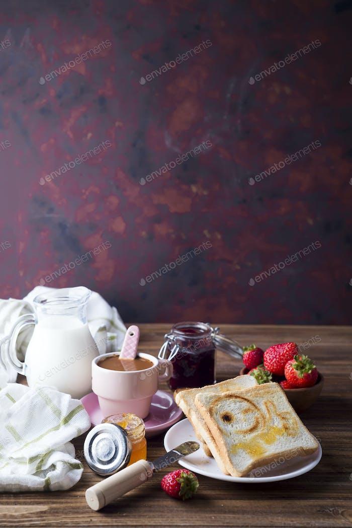 Frischer und heller kontinentales Frühstückstisch mit Marmelade auf Toast