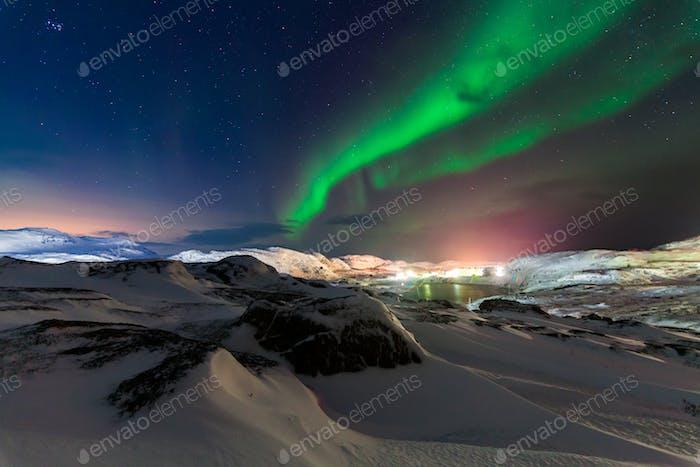 Nordlichter über dem Fjord in Norwegen