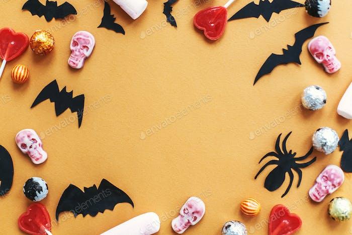 Halloween-Rahmen flach lag auf orangefarbenem Papier