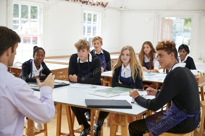 Teenager-Studenten hören auf Lehrer in Kunst Klasse