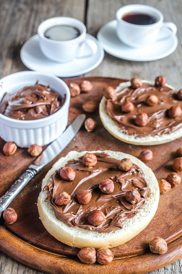 Brötchen Scheiben mit Schokoladencreme und Nüssen