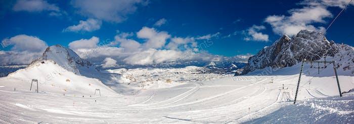 Das verschneite Winterpanorama der Dachsteinalpen, Österreich