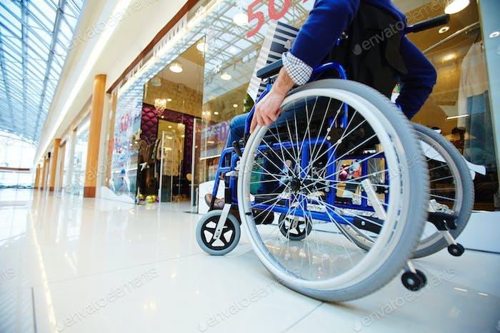 Käufer im Rollstuhl