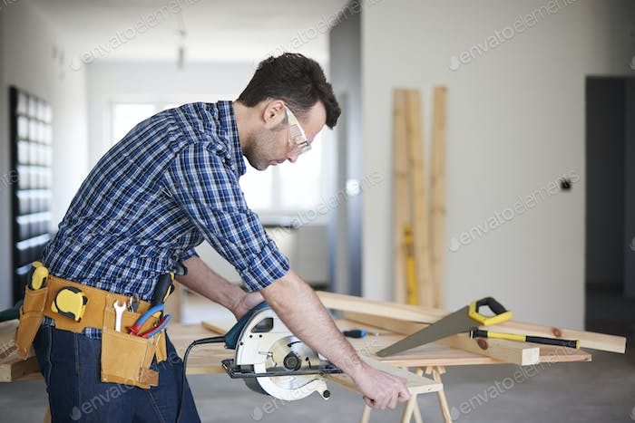 Focus when you use the electric saw