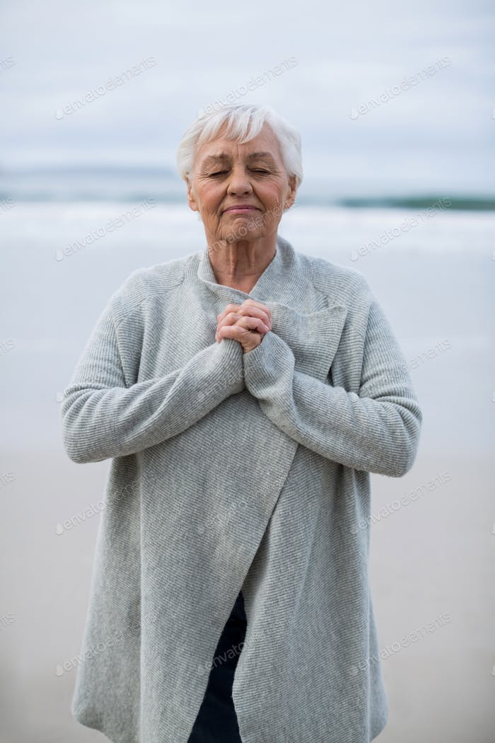 Senior Frau tun Meditation