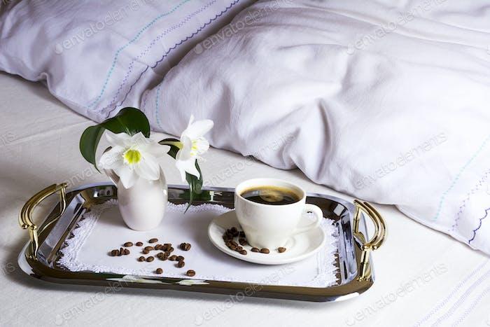 Утренний кофе в постели на элегантном серебряном подно