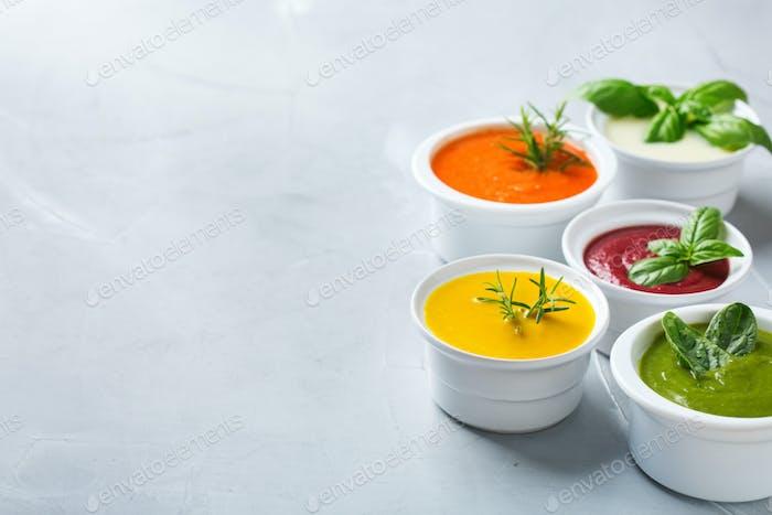 Set von saisonalen Herbst Herbst cremige Suppen auf einem Tisch