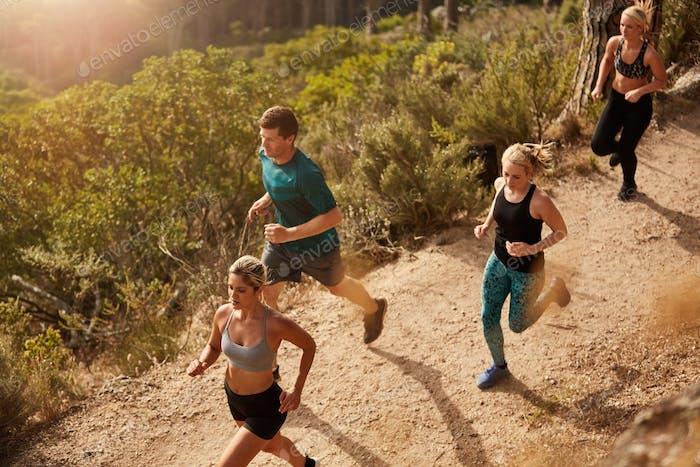 Aktive junge Menschen laufen auf Bergpfad