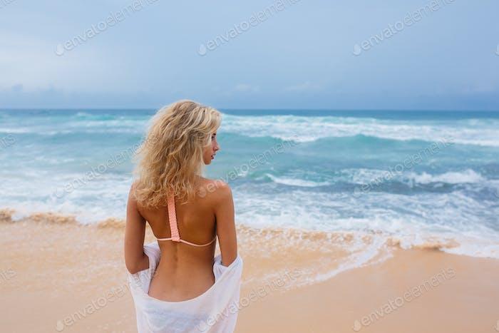 Belle jeune femme sur la plage
