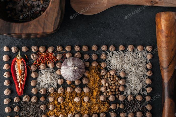 Zusammensetzung von Kichererbsen und Gewürz mit Holzgeschirr