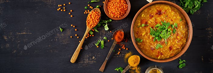 Indianer Dal. Essen. Traditionelle indische Suppenlinsen. Indischer Dhal