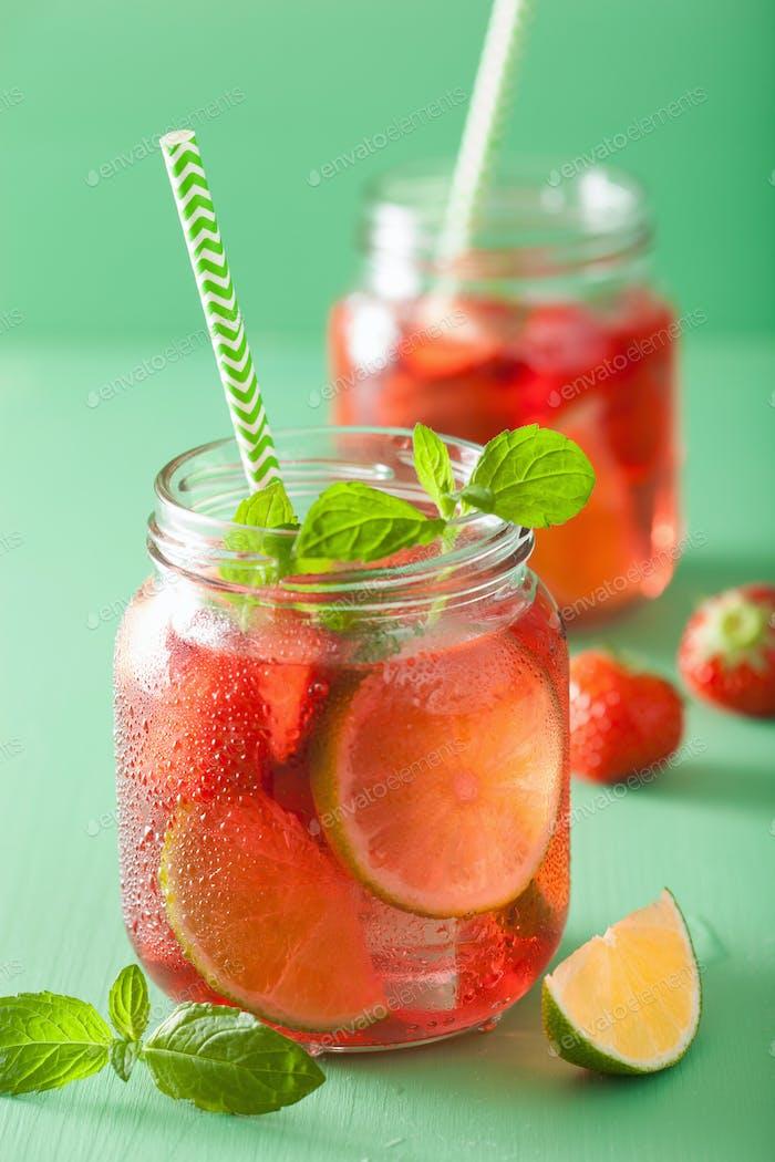 Sommer Erdbeer-Limonade mit Limette und Minze in Gläsern