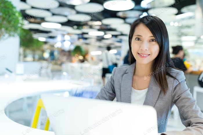 Geschäftsfrau Verwendung von Notebook-Computer