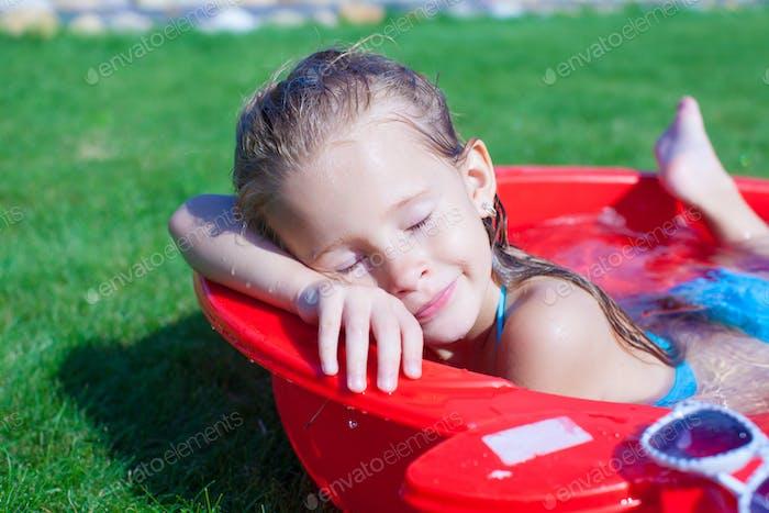 Nahaufnahme der Niedlich kleines Mädchen genießen Ihr Urlaub in die pool im freien