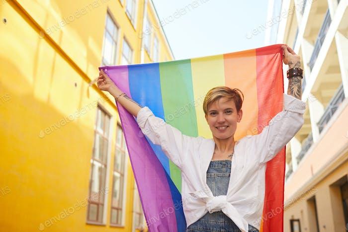 Frau ist bei lesbischer Parade