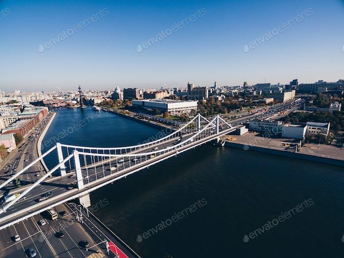Luftaufnahme der Krim-Brücke (Krymsky) auf dem Moskauer Fluss in Moskau Stadt, Russland