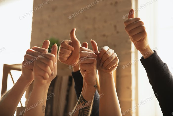 Крупным вверх из кавказских мужчин и женщин руки показывая приятно, большие пальцы вверх
