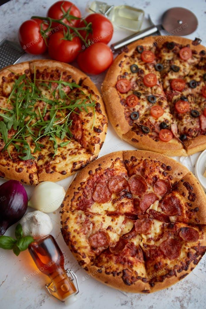 Dicke amerikanische Stil hausgemachte auf flauschigen Teig Pizzen