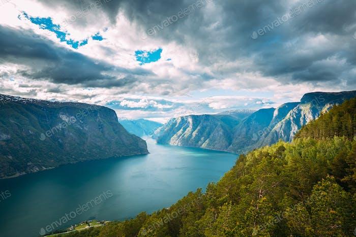 Sogn und Fjordane Fjord, Norwegen. Erstaunlich Sommer Scenic View Of Sogn Og Fjordane. Berühmte norwegische